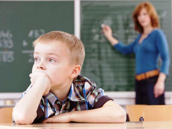 bambino-distratto-scuola