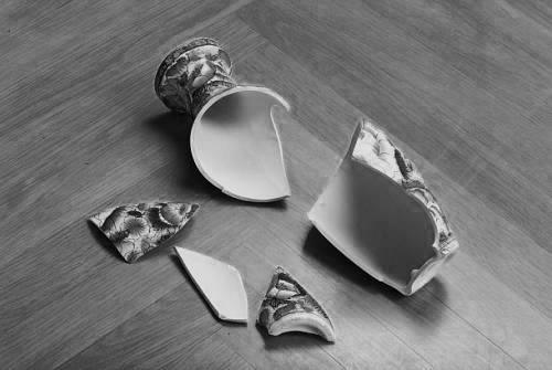 zerbrochene Vase auf dem Boden