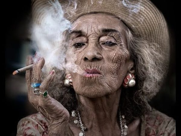vecchia-fumatrice