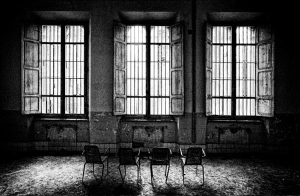 sedie-vuote-finestre