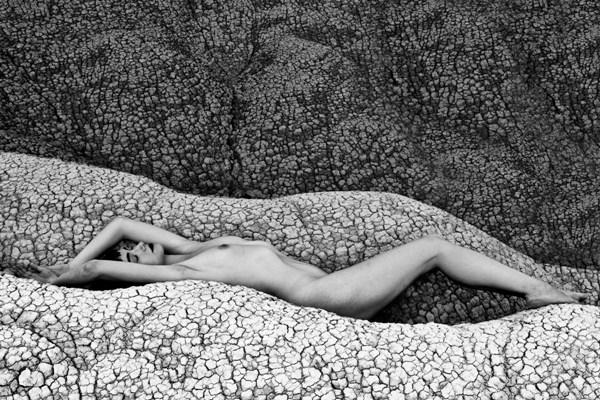 nudo-donna-terra