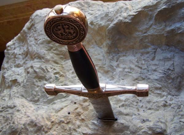 spada-nella-roccia