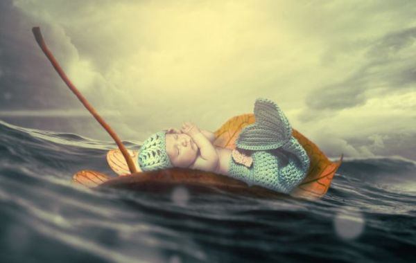 bambino-cullato-dal-mare